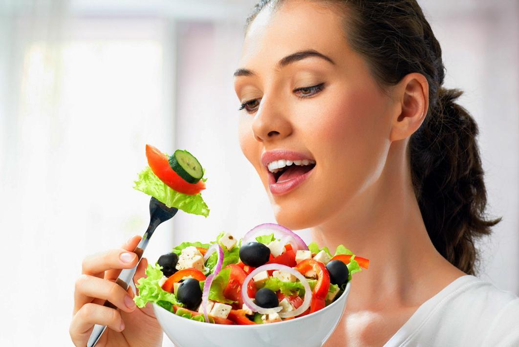 Colesterolo, una donna a tavola