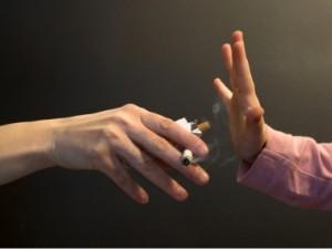 fumo: nell'immagine la mano di un bambino dice stop alla sigaretta