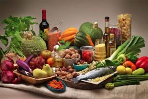 Una tavola imbandita con gli alimenti della Dieta Mediterranea