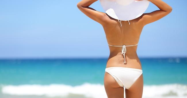 vacanze, una donna passeggia sulla spiaggia