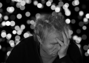 Alzheimer: 40 per cento dei casi di demenza evitabili con prevenzione. Uomo si tiene la testa con le mani