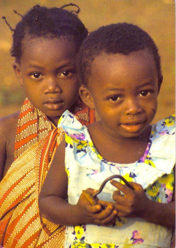 Due bambini sorridono, arriva il primo vaccino contro la malaria,