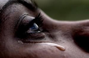 dolore, una donna piange