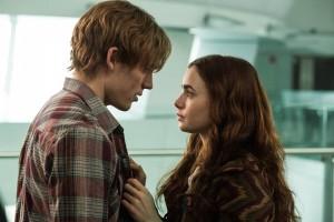 Scena del film scrivimi ancora. Due adolescenti si guardano. Allarme Sesso per noia tra adolescenti: «educare ai sentimenti»