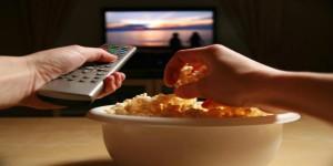 Cenare con la TV accesa aumenta rischio obesità