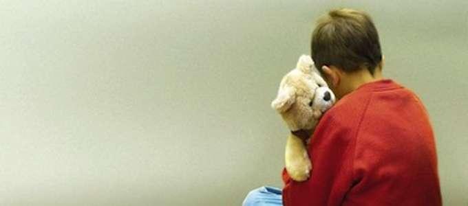 Un bimbo abbraccia un orsacchiotto di peluque