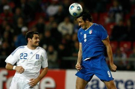 Calcio: dare a lungo colpi di testa al pallone può provocare demenza senile.