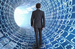 Social, un uomo cammina in un tunnel virtuale