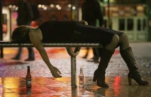"""Alcol: per lo """"sballo"""" si muore. I rischi per il fegato e le dosi"""