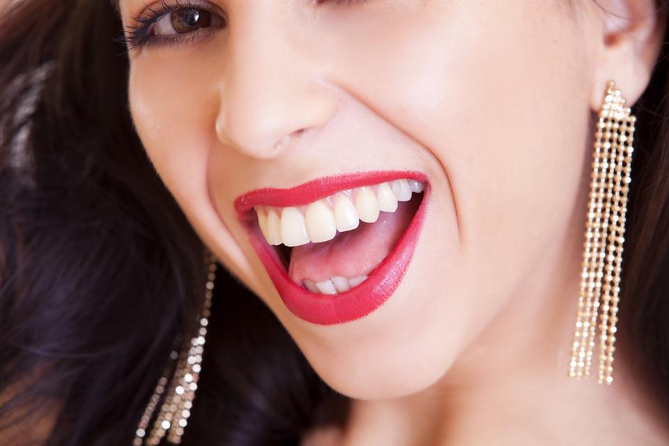 Gengive, una donna che sorride