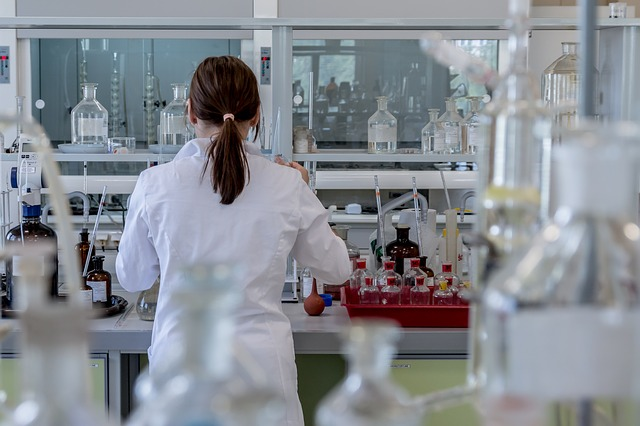 Epatite C, una ricercatrice a lavoro