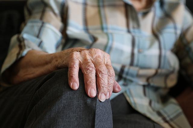 Vaccino, un anziano