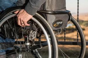 Cronici, un uomo con paralisi su una sedia a rotelle