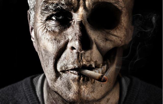 Il volto di un uomo che fuma tabacco è rappresentato come mezzo teschio
