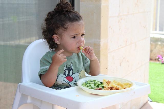 Salute mentale, una bimba che mangia