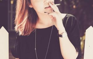 Una donna che fuma