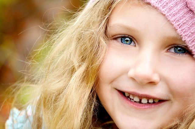 Emicrania, una bambina che sorride