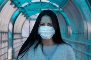 #NoiCiSiamo, una donna indossa una mascherina