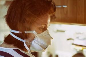 Clorochina, una donna con la mascherina