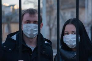 Covid-19, un uomo e una donna con la mascherina