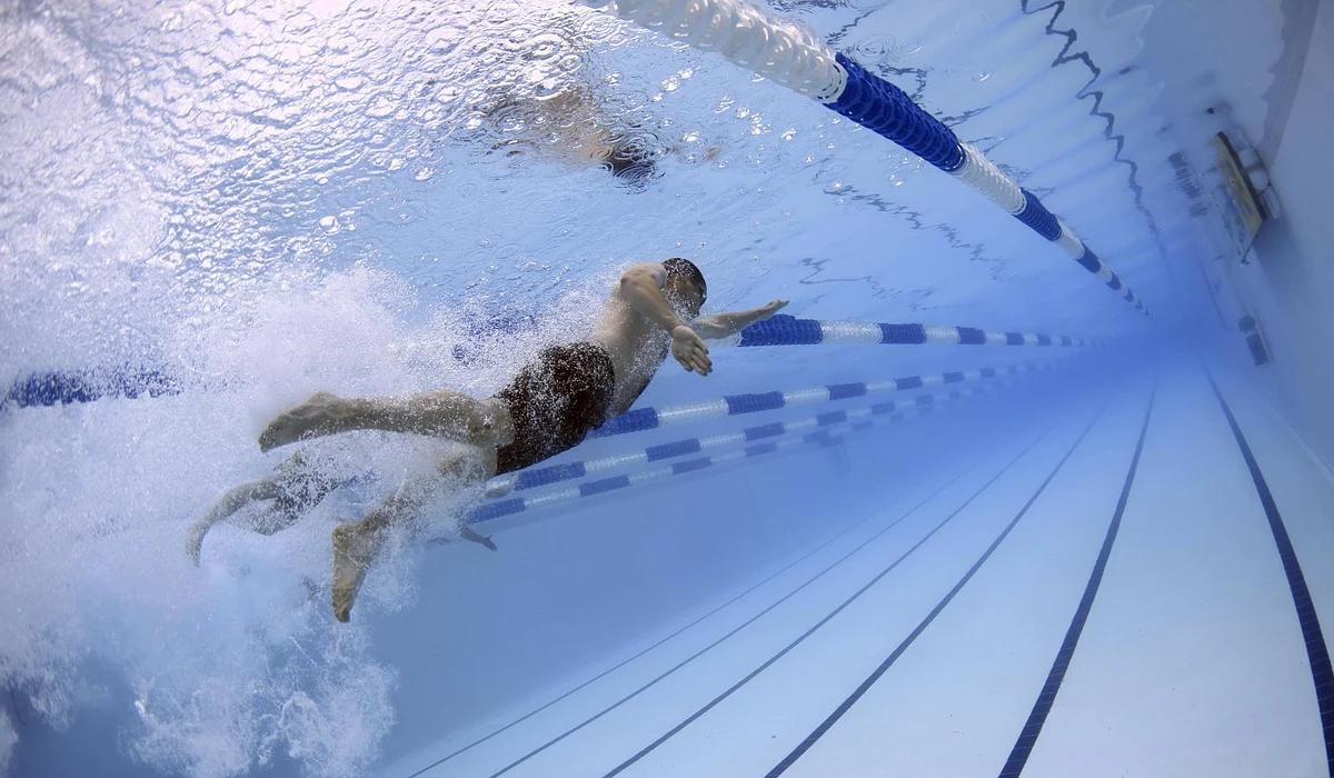 Colazione e sport, un nuotatore