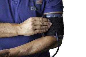 Un medico si misura la pressione arteriosa
