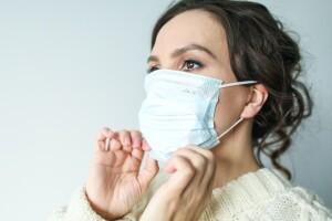 Contagio, una donna indossa la mascherina