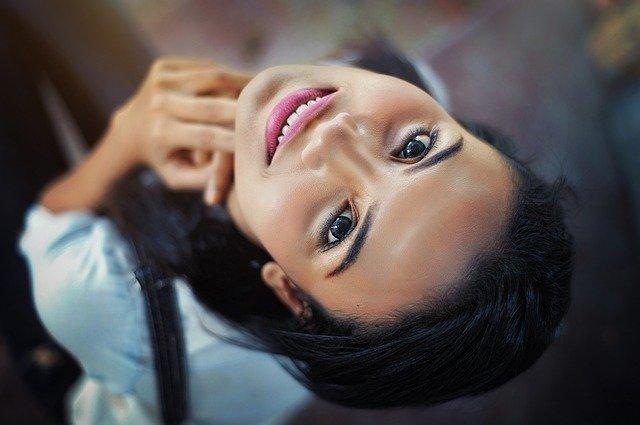 Acne , una giovane donna che sorride