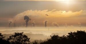 Inquinamento atmosferico. cielo con fumi inquinanti nell'aria