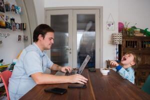EMERGENZA CORONAVIRUS CORONA VIRUS COVID19 COVID 19 TELELAVORO WORK LOCKDOWN ISOLAMENTO QUARANTENA FAMIGLIA FAMIGLIE QUOTIDIANITA' DOMESTICA A CASA  GIORNATA GIORNATE  PADRE PAPA' LAVORA SMART WORKING TELELAVORO TELELAVORA AL PC COMPUTER LAPTOP  BIMBO BIMBI BAMBINO BAMBINI FIGLIO FIGLI