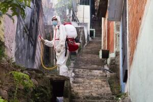 Curva in ascesa, una donna opera una sanificazione