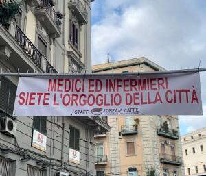 Striscione ai medici vittime del Covid e a tutto il personale sanitario