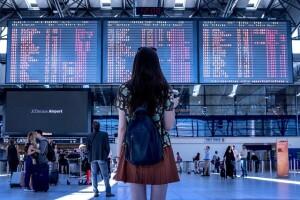 Turismo vaccinale, una giovane donna in aeroporto