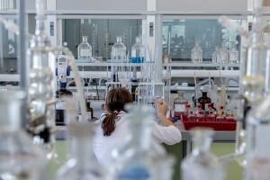 Studio scientifico sul tumore della vescica, una ricercatrice a lavoro