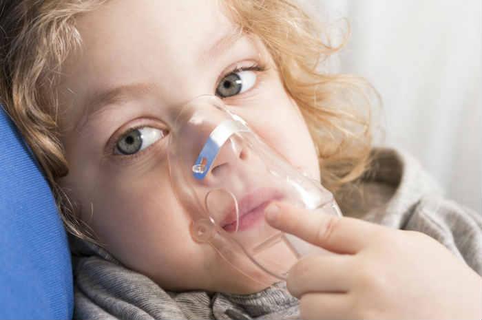 fibrosi cistica – bimba-mascherina-ossigeno
