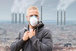 Inquinamento, un uomo con la mascherina