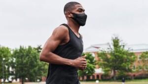 mascherine: uomo corre indossando mascherina