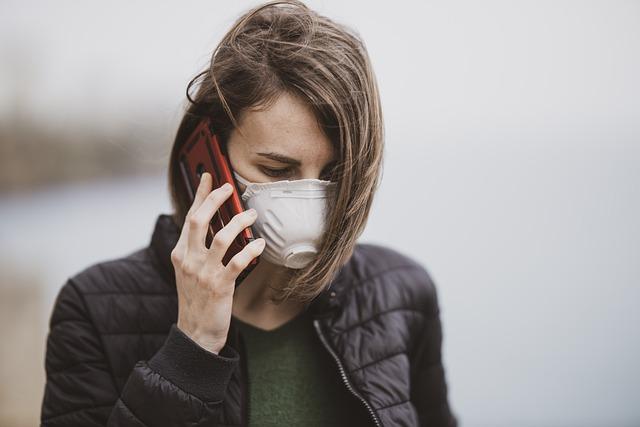 Vaccinazioni, una donna al telefono chiama il numero verde