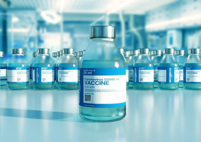 terza dose, una boccetta contenente dose di vaccino anti covid che è sicuro anche per chi soffre di allergie