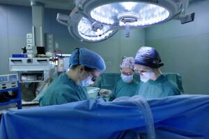 Primo trapianto di trachea, chirurghi in sala operatoria