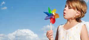 Asma, un bambino soffia su una girandola a vento