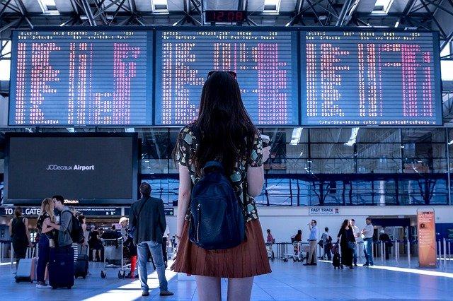 Green pass, una viaggiatrice in aeroporto