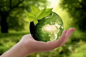 Salute, una bambina tiene in mano una sfera che rappresenta la terra